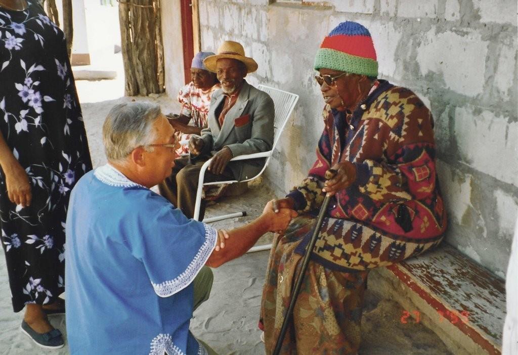 Namibian ensimmäisen presidentin äitiä Helvi Nujomaa tervehtimässä