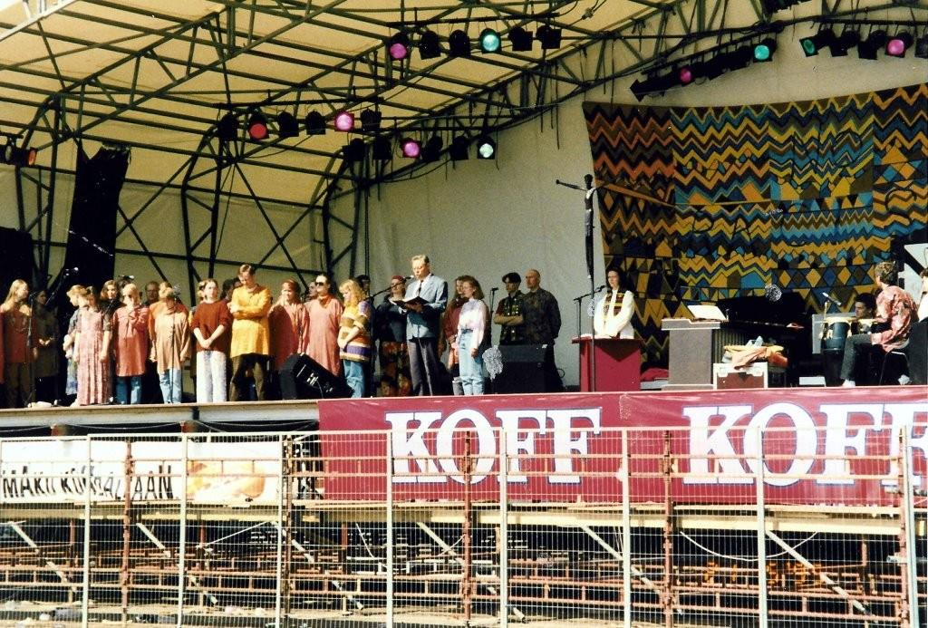 Etnomessussa Maailma kylässä -festivaaleilla 1995 yhdessä Jakarandan ja Marketta Antolan kanssa