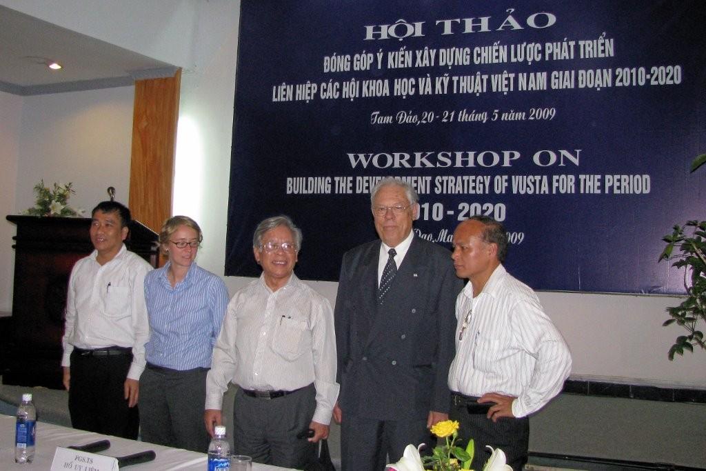 Vietnamissa asiantuntijana strategian tekemisessä 2009