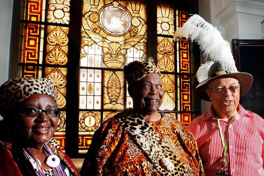 Vuonna 2009 Ondongan Kuninkaan Immanue Elifaksen ja kuningatar Sesilian neuvosmiehenä juhlimassa 150 vuotiasta Suomen Lähetysseuraa