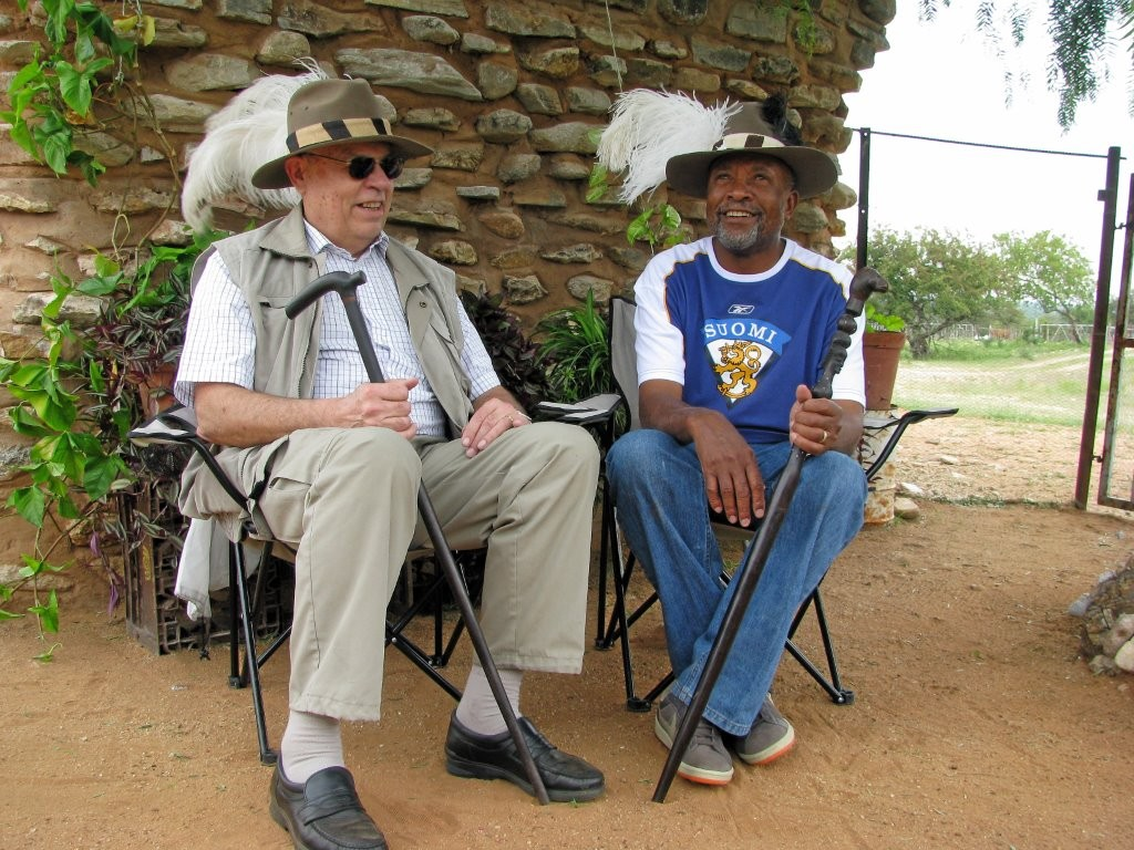 Vuonna 2010 silloisen opetusministerin, nykyisen hallitsevan puolueen pääsihteerin Nangolo Mbumban kanssa