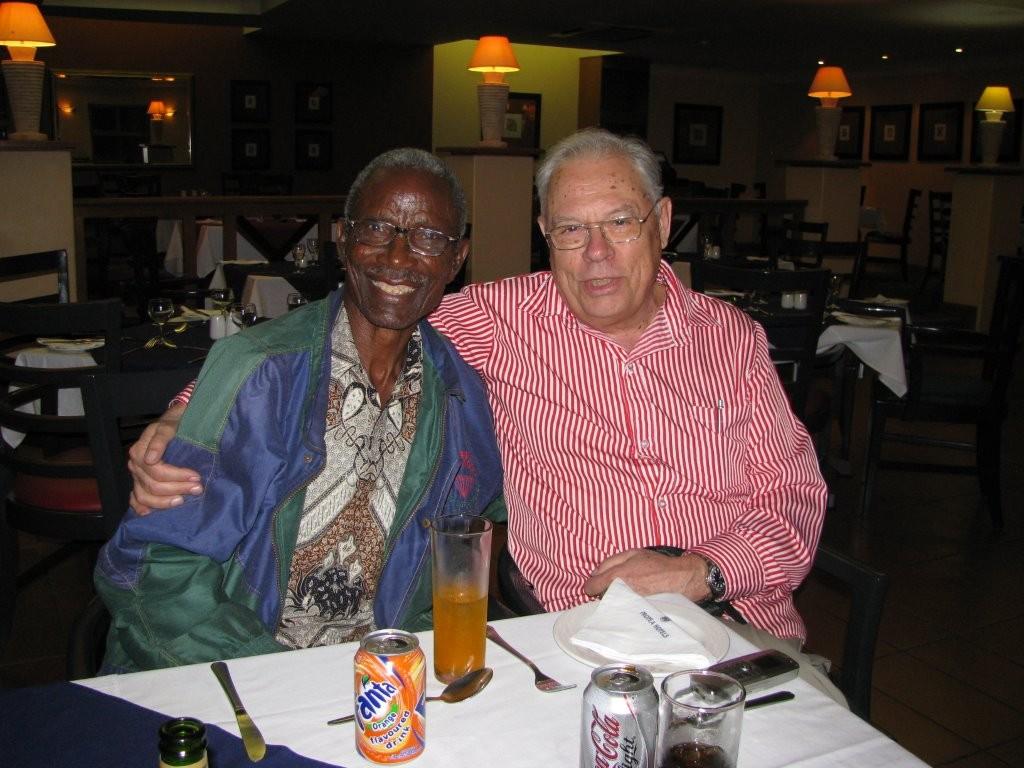 Namibian kirkon pääsihteerinä toimineen pastori Petrus Shipenan kanssa