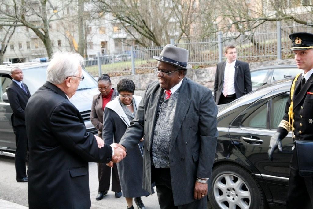Namibian persidentti Pohambaa vastaanottamassa Lähetyskirkkoon 2013