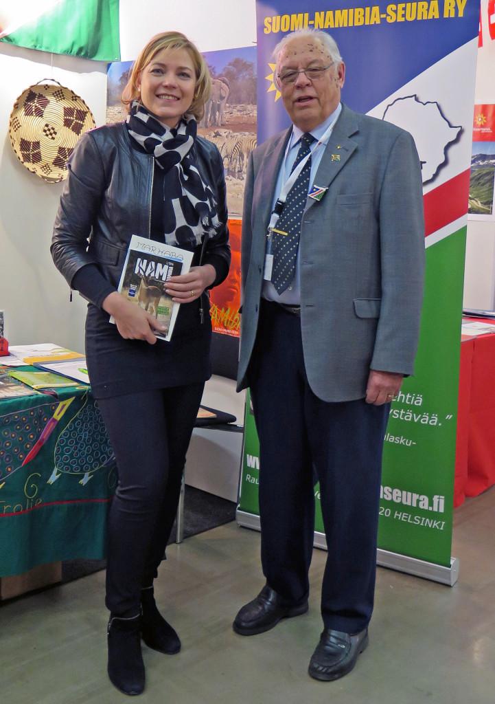Matkamessuilla 2016 europarlamentaarikko Henna Virkkunen oli kutsustani valitsemassa Ystävyysseuratekoa ja samalla tutustui 30 paikalla olleeseen seuraan, kuten Suomi-Namibia-Seuraan